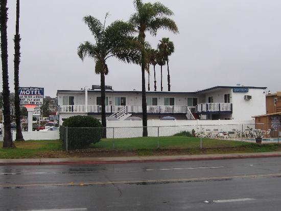 Dolphin Motel : Hotel on a rainy day in November
