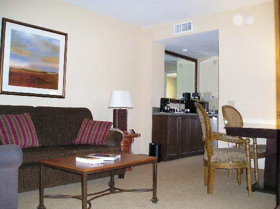 Embassy Suites by Hilton La Quinta Hotel & Spa: Living Room and Wet bar