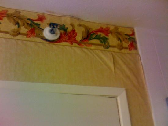 Holiday Inn Express San Luis Obispo: Note the wallpaper needs some attention, otherwise it's a clean bath