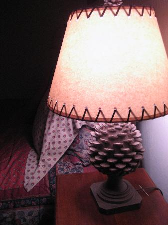 Donner Lake Inn Bed and Breakfast: Fir cone lampshades