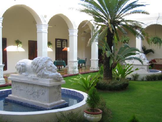 La Perla Hotel: Courtyard Sculpture Garden