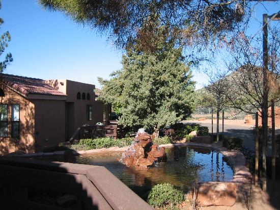 Sedona Pines Resort: water feature provides much needed white noise