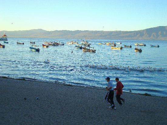 Lake Chapala Inn: Joggers enjoying the beach at Lake Chapala