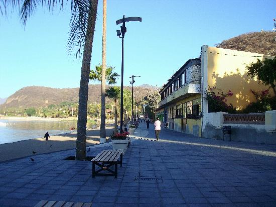 Chapala, Mexico: The malacon along the beach front