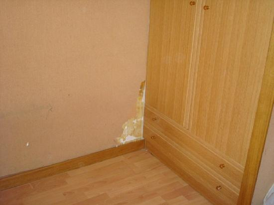 Hotel Pic Maia: Peeling wallpeper