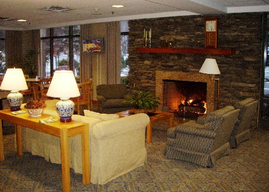 Hampton Inn Clarks Summit: Lobby with fireplace