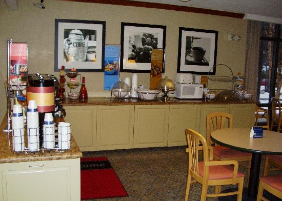 Hampton Inn Clarks Summit: Breakfast bar