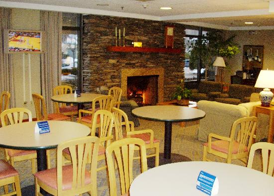 Hampton Inn Clarks Summit: Dining area off of lobby