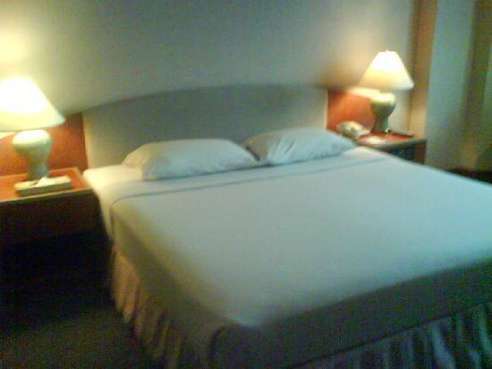 Maruay Garden Hotel: queen size bed