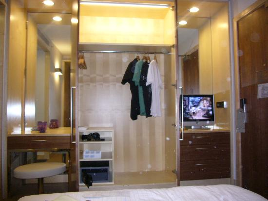 Park Plaza County Hall London: storage space & flat screen tv