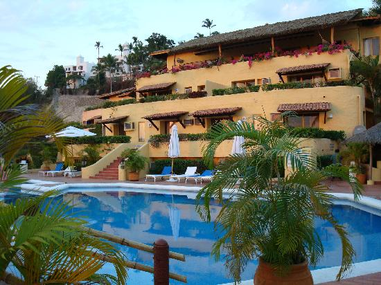 Hotel Plaza Tucanes Manzanillo: View across pool of our rooms