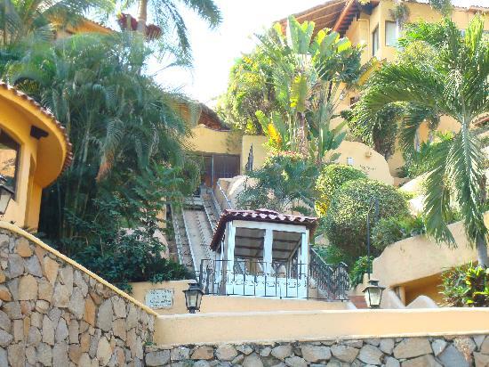 Hotel Plaza Tucanes Manzanillo: The funicular