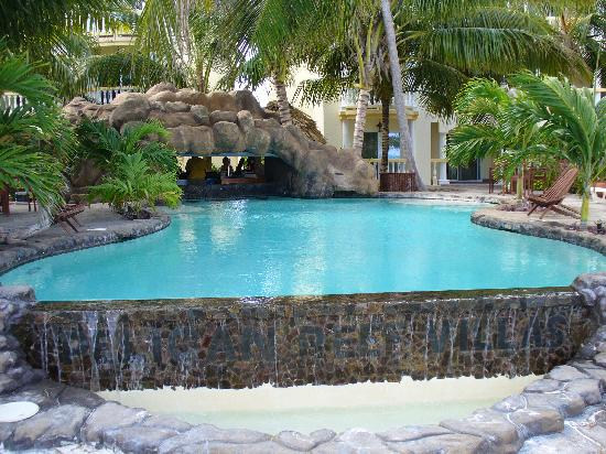 Pelican Reef Villas Resort : the pool and bar area was very cool!