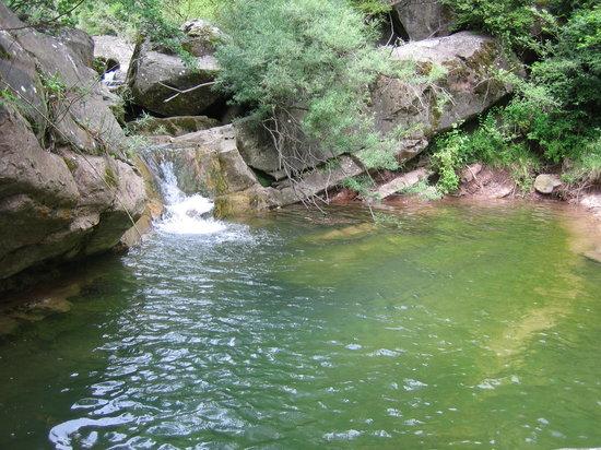 Katalonya, İspanya: cascadas tio en olot irona