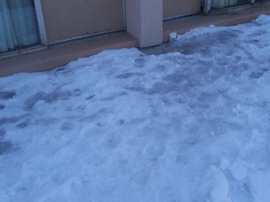 Pocono Plaza Inn: Icy Walkway outside rooms