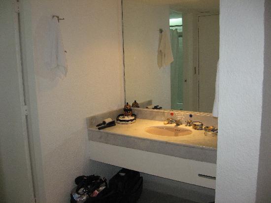 Holiday Inn Resort Ixtapa : évier et miroir à part de la salle de bain