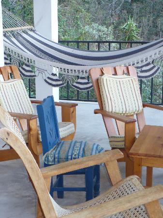 Vulcano Lodge: Comfy hammock and plenty of chairs