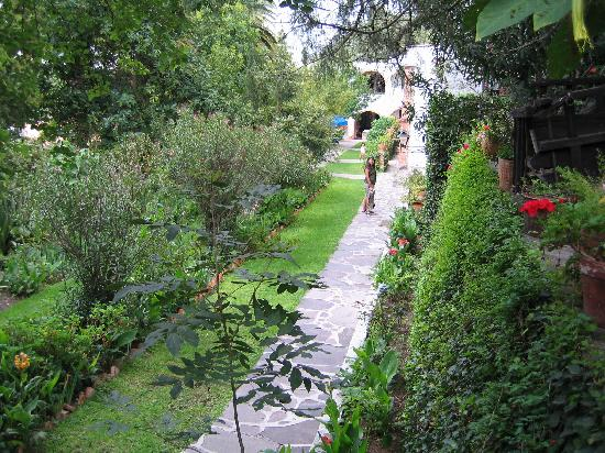Rancho Hotel El Atascadero: Path to the rooms...no dark hallways here!