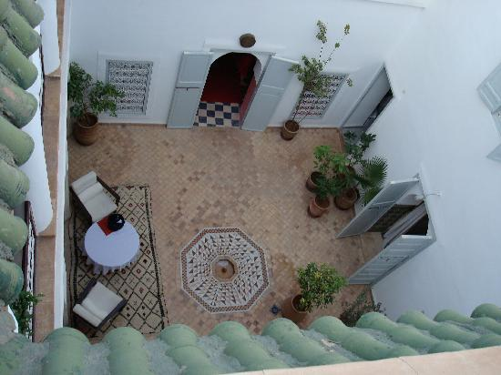 Riad Tizwa: This is the view from the top floor down to the ground floor patio.