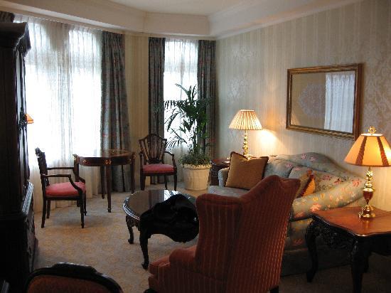Hong Kong Disneyland Hotel: Sitting room of suite
