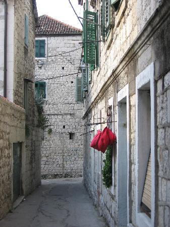 Villa Varos: La calle del hotel