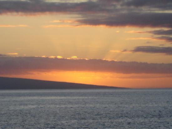 Kahana Villa Resort: sunset from accross the street