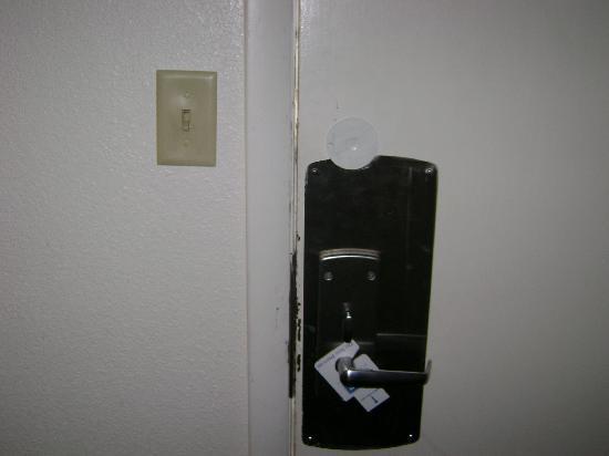Rodeway Inn & Suites : Gap in Door