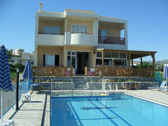 Danaos Beach Hotel: Pool and hotel building near beach
