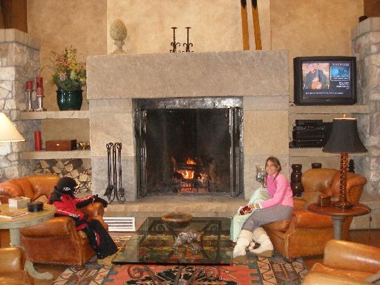 Elkhorn Lodge: Enjoying the Woodburning fireplace in Lobby