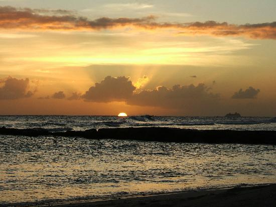 Bajan Breeze Guest House: Sunset on beach 30 seconds away