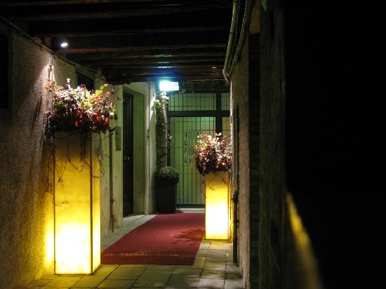 Al Ponte Antico Hotel: Hotel Entrance at Night