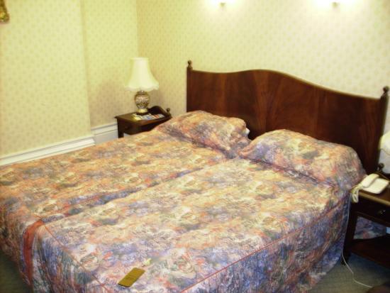 Averard Hotel: lit chambre au 2ème étage (demi palier)