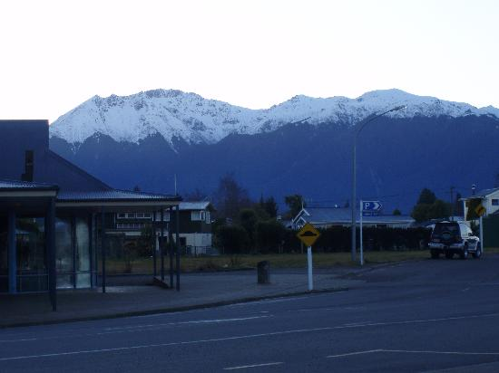Distinction Te Anau Hotel and Villas: view from hotel entrance