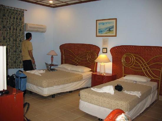 Boracay Royal Park Hotel: Bed area (big & super cold aircon!)