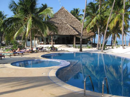 Echo Beach Hotel: the pool and dining/bar area