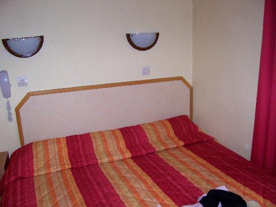 Hotel Mary's Republique: letto camera 36