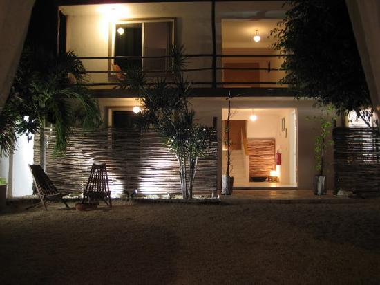 Teetotum Hotel: The rooms at night, from the courtyard