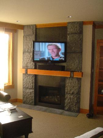 Nita Lake Lodge: Studio room - flat screen tv and fireplace