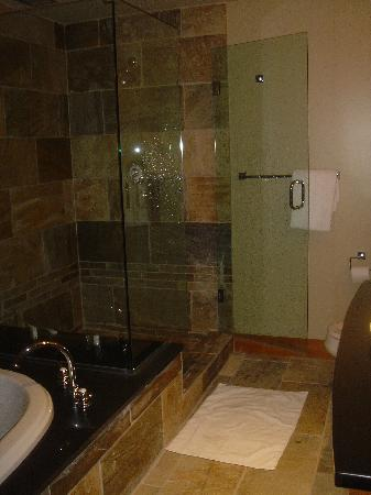 Nita Lake Lodge : bathroom again