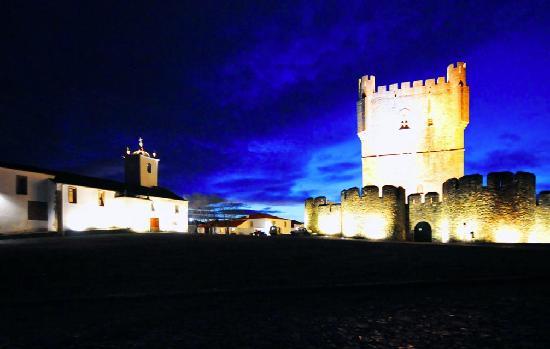 Hotel Ibis Braganca: castello di Bragança di notte