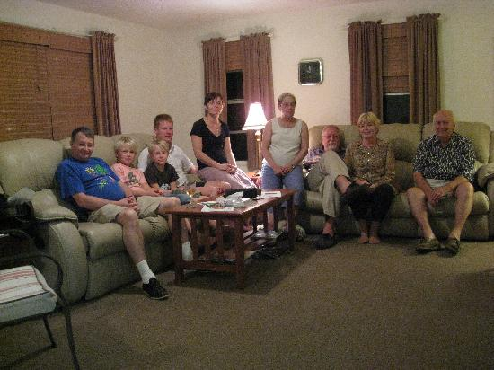 Haleys Motel and Resort: Some of our gruop in the livingroom