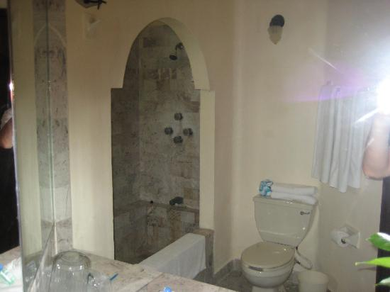Villablanca Garden Beach Hotel: The HUGE awesome bathroom