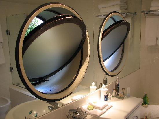 Solitaire Lodge: Bathroom windows