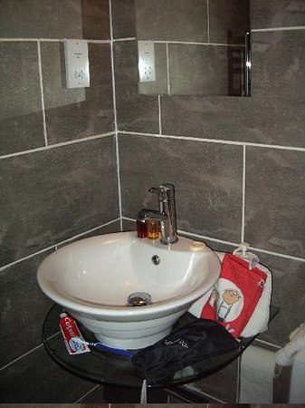 City Apartments Newcastle - Quayside: one of the bathrooms (one en-suite)
