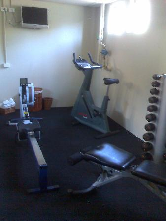 The Crown Hotel Napier: Tiny gym, a little smaller than the bathroom of the suite.