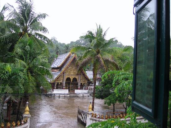 Sayo River Guest House: View out of our window of the Wat