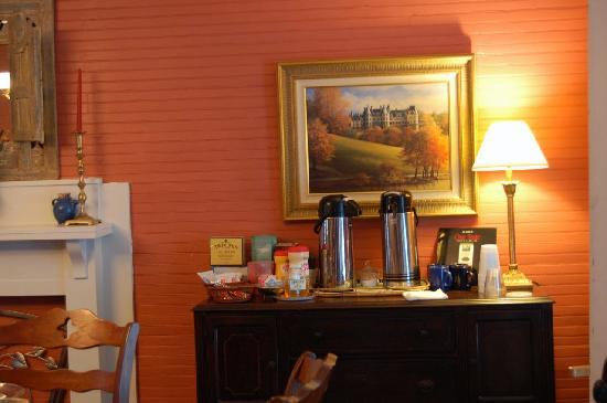 The Brickhouse Inn: Brickhouse Inn Columbia, NC Coffe Desk