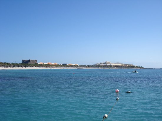 Barcelo Maya Beach: Vue sur le Bracelo Maya Palace du pier