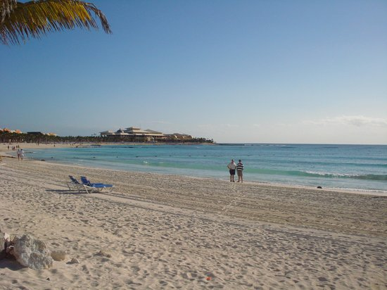 Hotel Barcelo Maya Beach: Vue sur le Barcelo Maya Palace de la plage