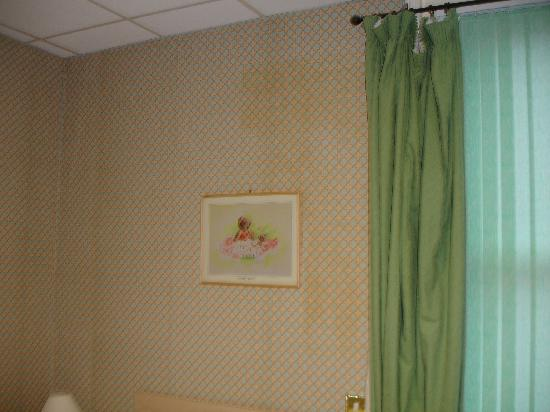 South Beach: Horrible wallpaper with a huge stain
